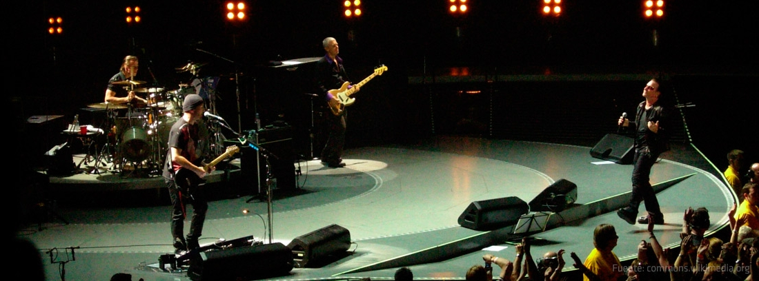 Los integrantes del grupo U2: Bono, Adam Clayton, Larry Mullen Jr. y The Edge sobre el escenario