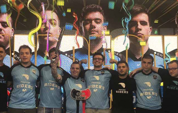 Varios jugadores de Movistar Riders posando con el cartel de la Superliga Orange.